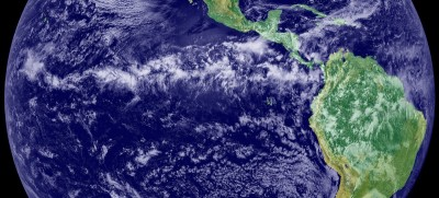 "This image is a combination of cloud data from NOAA's newest Geostationary Operational Environmental Satellite (GOES-11) and color land cover classification data. The ITCZ is the band of bright white clouds that cuts across the center of the image. The thunderstorms of the Inter Tropical Convergence Zone form a line across the eastern Pacific Ocean ""IntertropicalConvergenceZone-EO"". Licensed under Public Domain via Commons – Wikimedia"